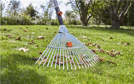 Barrehojas Regulable Gardena CombiSystem,clave en el otoño para juntar hojas secas