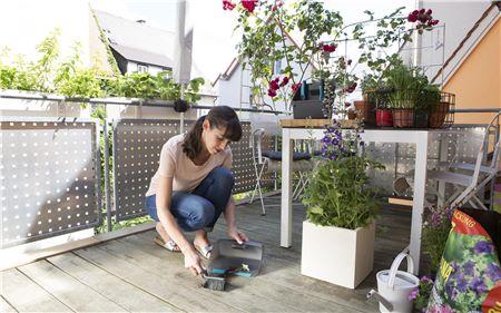 Con el Cepillo de mano de GARDENA se limpia fácilmente la tierra y otros residuos. Las púas blandas y densas aportan excelentes resultados de limpieza.